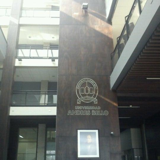 Foto tomada en Universidad Andrés Bello por Marcos G. el 8/13/2012