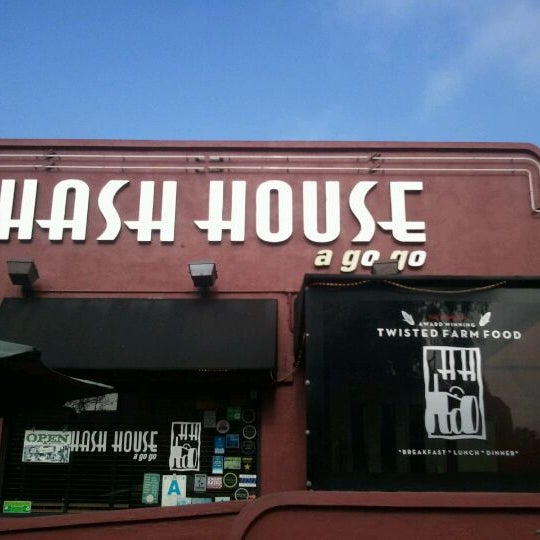 Photo taken at Hash House a Go Go by Madeline S. on 5/10/2012