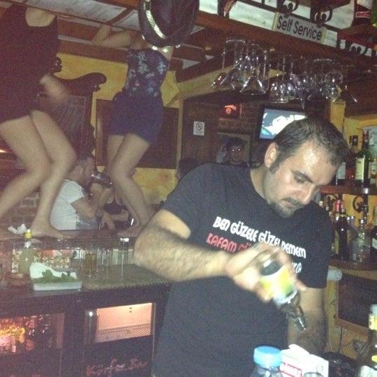 รูปภาพถ่ายที่ Körfez Bar โดย Cansu M. เมื่อ 8/4/2012