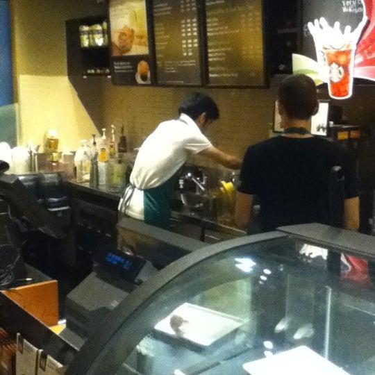 รูปภาพถ่ายที่ Starbucks โดย Vlad S. เมื่อ 9/3/2012