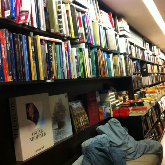 Photo taken at Livraria da Vila by Tarsys P. on 4/20/2012