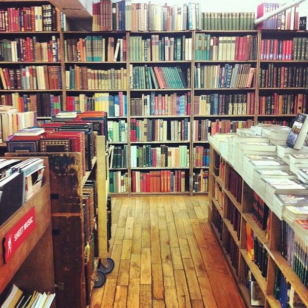 Das Foto wurde bei Strand Bookstore von anjelika am 4/5/2012 aufgenommen