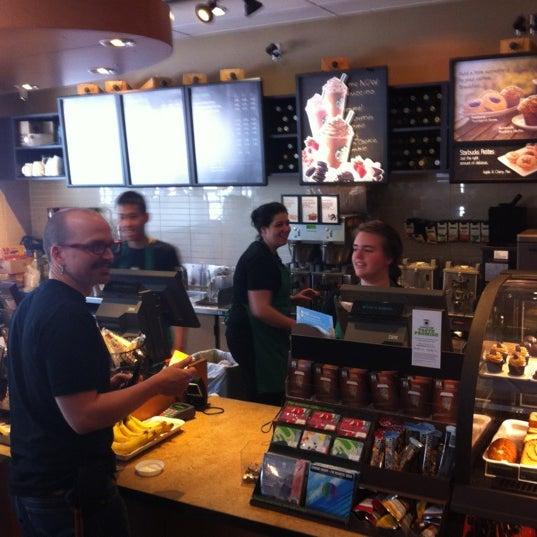 รูปภาพถ่ายที่ Starbucks โดย Kathleen C. เมื่อ 6/5/2012