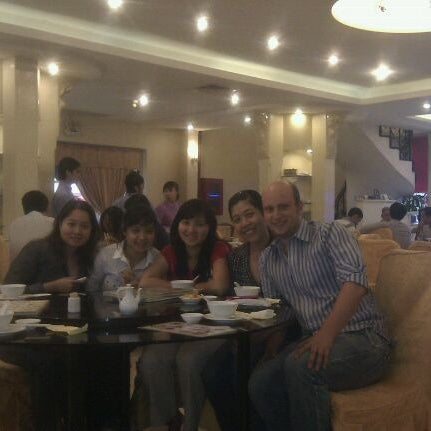 Photo taken at Hoằng Long Restaurant by Hendrik B. on 3/27/2012