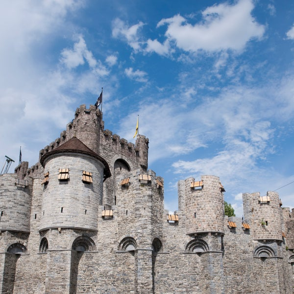 'I'll show them who's boss': that's what Philip of Alsace had in mind. So he had the imposing castle rebuilt (1180).