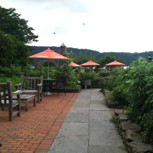 Photo taken at Harvest On Hudson by Tess B. on 7/29/2012