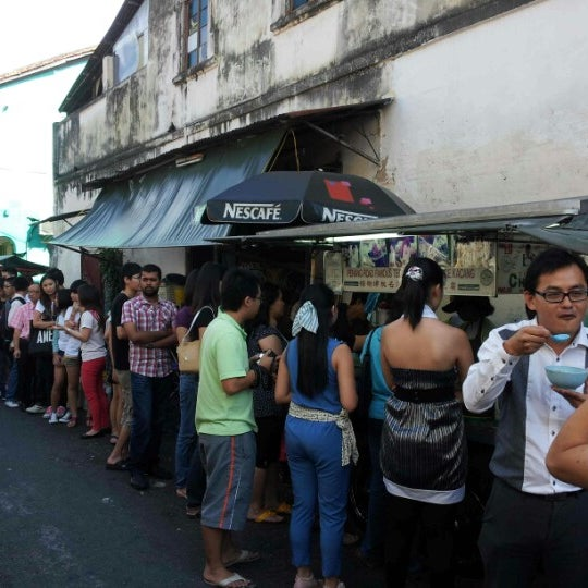 Photo taken at Penang Road Famous Teochew Chendul (Tan) by A L. on 9/9/2012