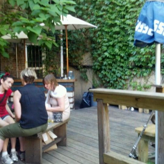 Das Foto wurde bei Sycamore Flower Shop + Bar von Nicholas B. am 7/21/2012 aufgenommen