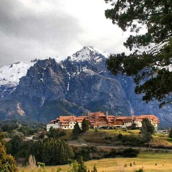 รูปภาพถ่ายที่ Llao Llao Hotel & Resort โดย Rodrigo Y. เมื่อ 9/3/2012