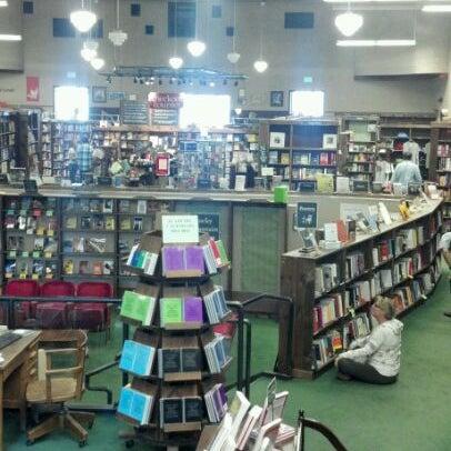รูปภาพถ่ายที่ Tattered Cover Bookstore โดย Catherine T. เมื่อ 5/25/2012