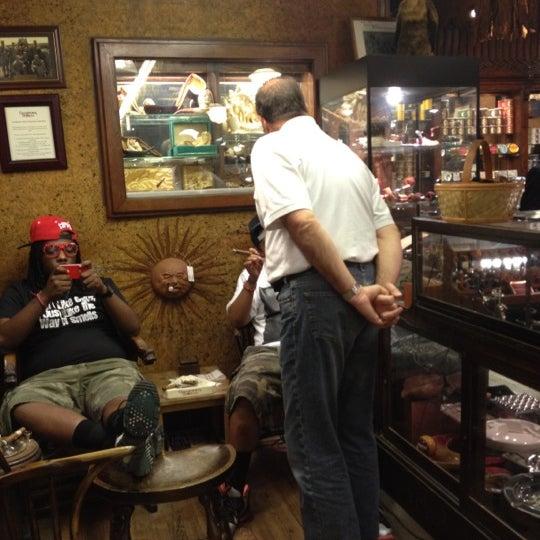 Photo prise au Georgetown Tobacco par Victoria P. le5/13/2012