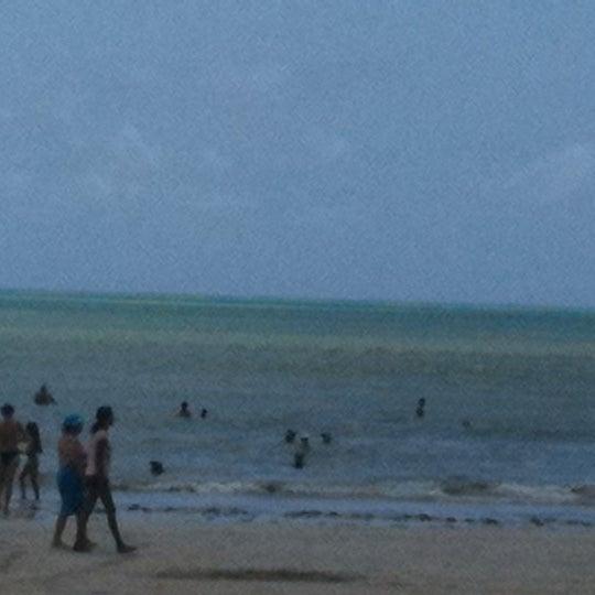 Foto tirada no(a) Praia de Paripueira por Lilian S. em 2/19/2012