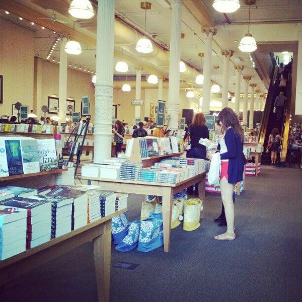 Foto tomada en Barnes & Noble por Ashley C. el 5/12/2012