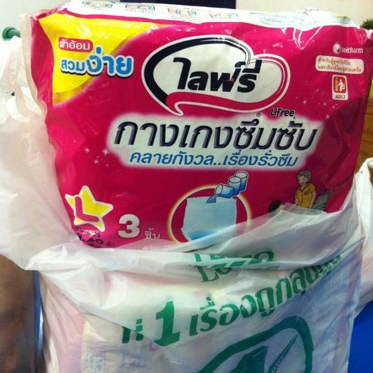 Photo taken at BRT วัดปริวาส (Wat Pariwat) by Ming N. on 9/10/2012