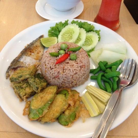 Снимок сделан в Jantanee Restaurant пользователем Kanokphan K. 3/9/2012