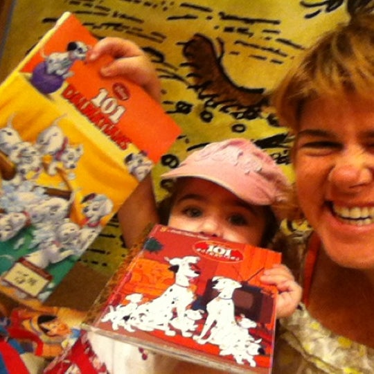Photo taken at Barnes & Noble by micilin o. on 9/9/2012