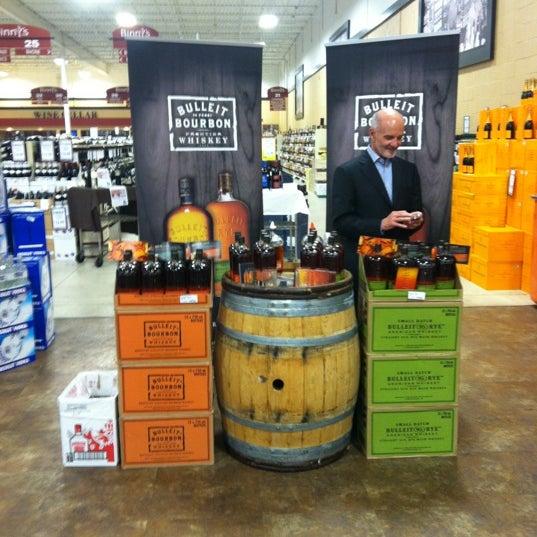 รูปภาพถ่ายที่ Binny's Beverage Depot โดย Kyle M. เมื่อ 5/1/2012