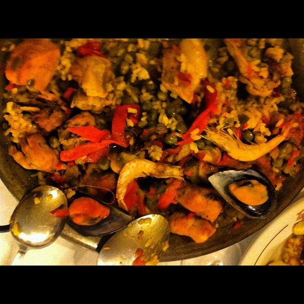 Foto tomada en Carlos Tartiere Restaurante Sidrería por Thiago Augusto M. el 6/16/2012