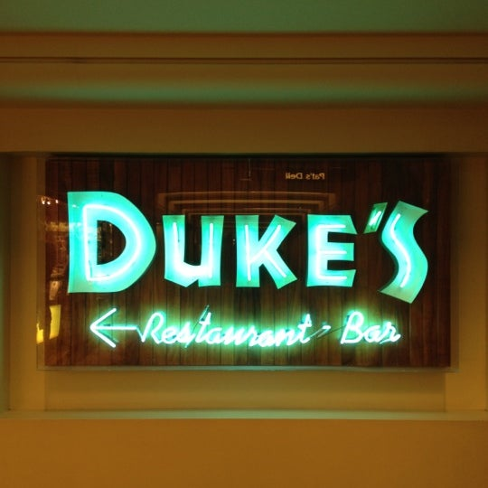 Photo taken at Duke's Waikiki by Yosuke M. on 2/13/2012