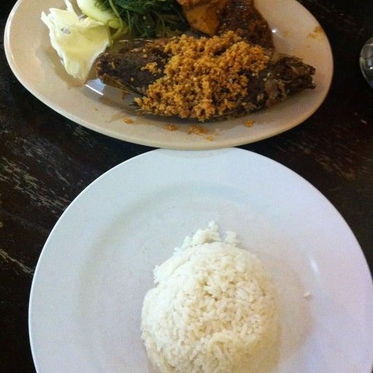 Photo taken at Ayam Penyet Ria by ELON . on 7/15/2012