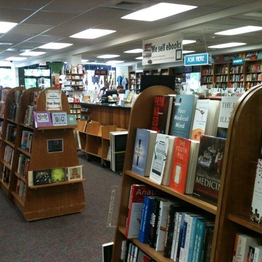 Foto tirada no(a) Politics & Prose Bookstore por Teresa H. em 4/29/2012