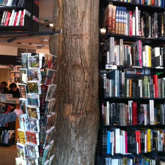 Foto tirada no(a) The American Book Center por Alessandra K. em 3/11/2012