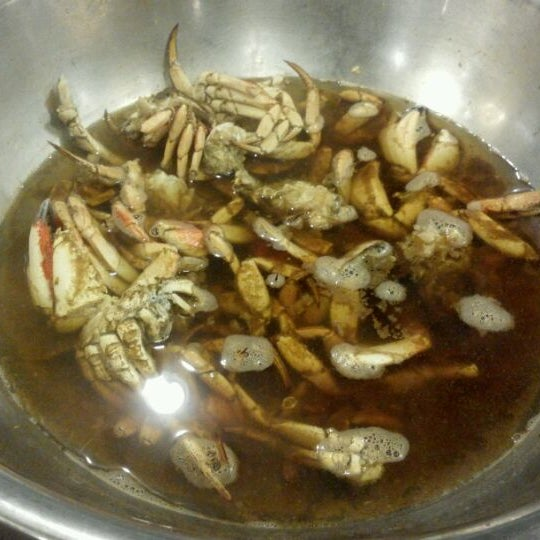 Photo taken at Phillips Seafood by Thomas H. on 3/2/2012