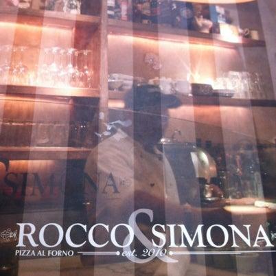 Foto tomada en Rocco & Simona Pizza al Forno por Paulina M. el 7/17/2012