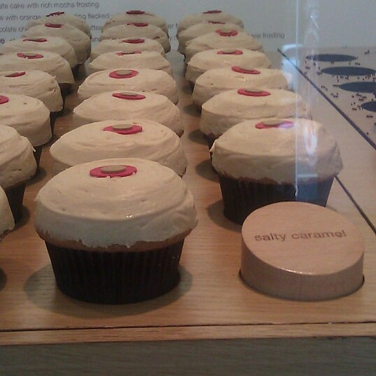 Photo taken at Sprinkles Cupcakes by Jamar K. on 7/11/2012