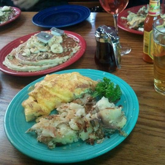 Снимок сделан в Annie's Cafe & Bar пользователем James R. 2/18/2012