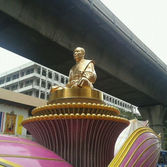 Photo taken at แผงลอยหน้าตึกพหลโยธินเพลส by NILINKER on 4/4/2012