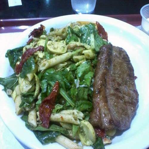 Gostamos dos pratos, comemos salada penne com picanha e uma parmegiana de frango, arroz com brócolis, batatas fritas e purê de batatas.