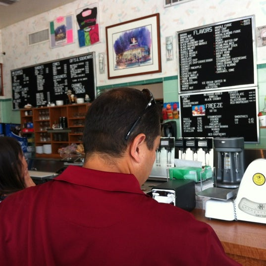 Photo taken at Gunther's Quality Ice Cream by Lee N. on 5/25/2012