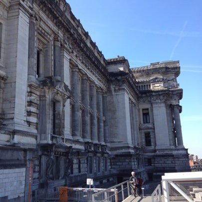 Photo taken at Justitiepaleis / Palais de Justice by Erturk E. on 8/11/2012