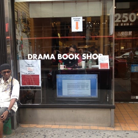 Foto tomada en Drama Book Shop  por Paul el 8/24/2012