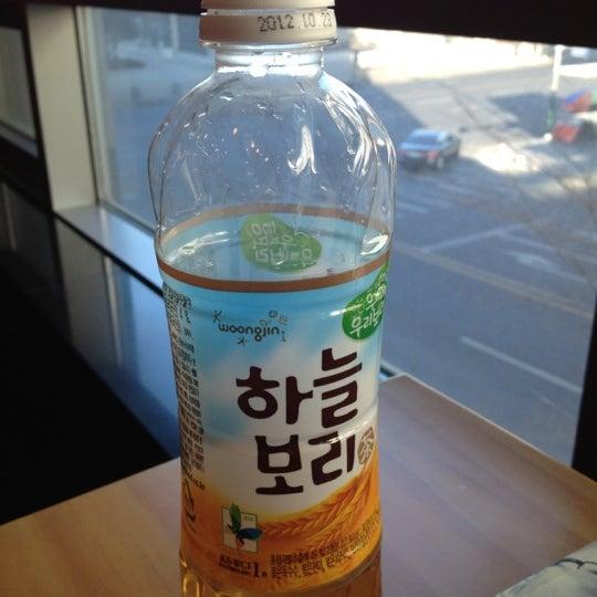 Photo taken at Starbucks by Jihoon K. on 2/19/2012