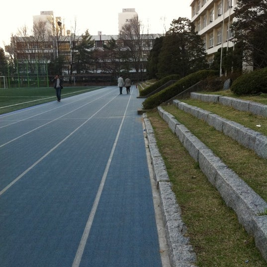 Photo taken at 현대고등학교 by Hyeseung H. on 4/11/2012
