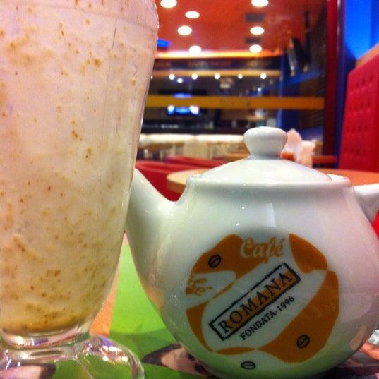 Photo taken at Confeitaria Romana by Thiago C. on 2/24/2012