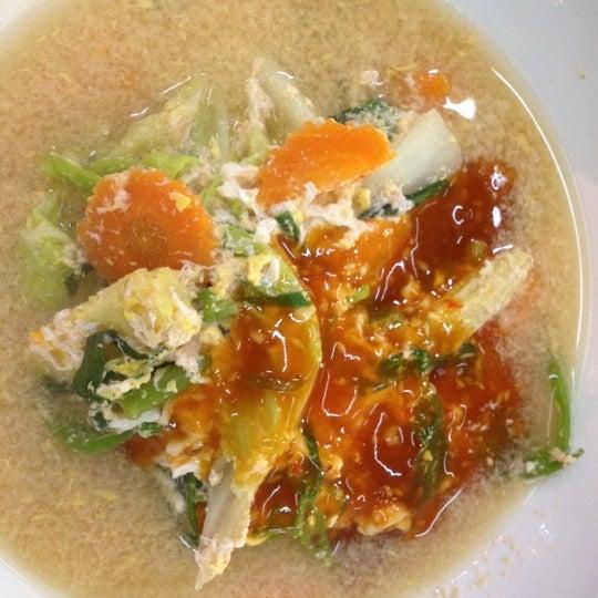 Photo taken at หมูสะเต๊ะแม่กำไร by Peung O. on 9/4/2012
