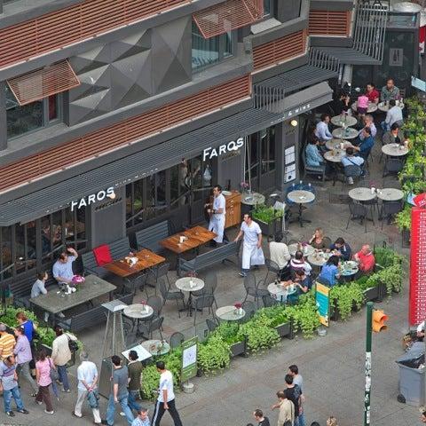 8/5/2012 tarihinde Kenan A.ziyaretçi tarafından Faros Restaurant'de çekilen fotoğraf