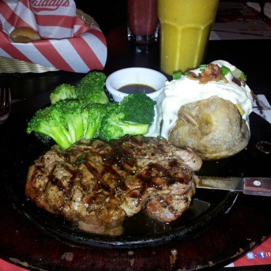Photo taken at TGI Friday's by Fausto A. on 6/29/2012
