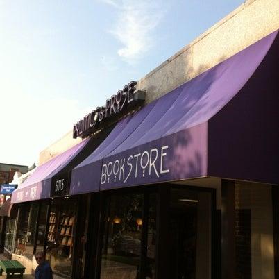 Foto tirada no(a) Politics & Prose Bookstore por Japhy em 8/10/2012