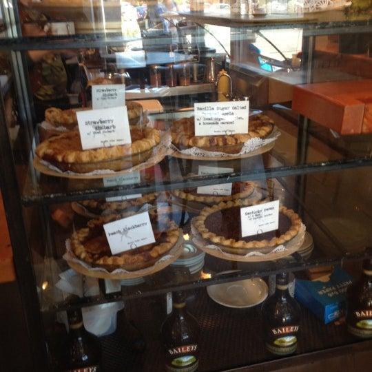 6/27/2012 tarihinde Ponti A.ziyaretçi tarafından Random Order Pie Bar'de çekilen fotoğraf