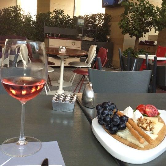 9/6/2012 tarihinde Nesrinziyaretçi tarafından Ve Cafe & Restaurant'de çekilen fotoğraf