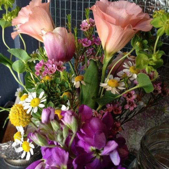 Das Foto wurde bei Sycamore Flower Shop + Bar von Jessica S. am 6/16/2012 aufgenommen