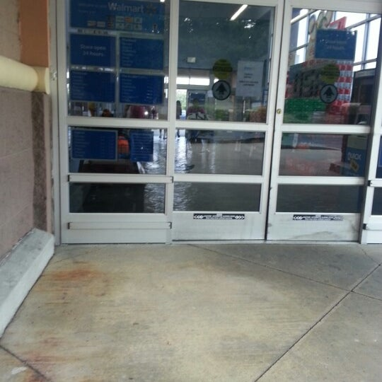 Das Foto wurde bei Walmart von Arnita J. am 8/1/2012 aufgenommen