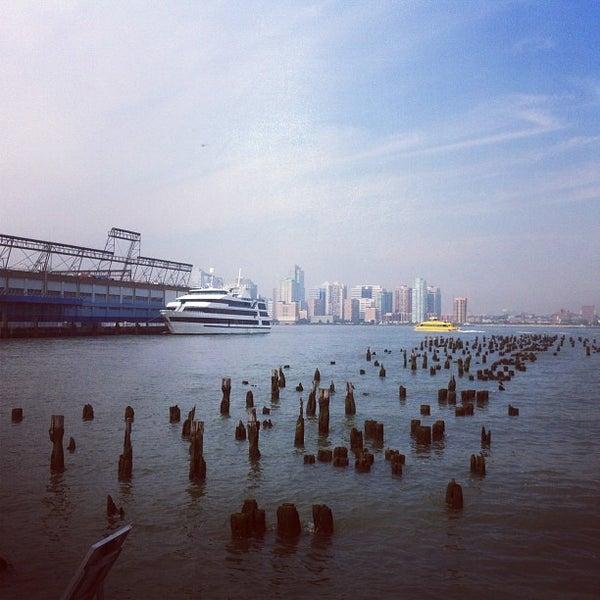 Das Foto wurde bei Hudson River Park von Ernest H. am 8/23/2012 aufgenommen