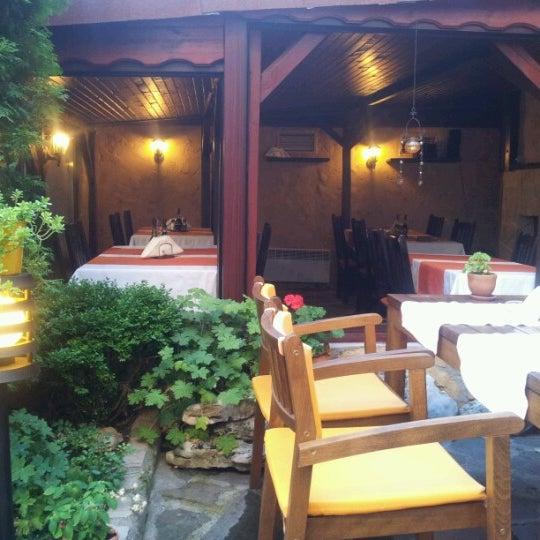 7/21/2012 tarihinde Atanas 🐬ziyaretçi tarafından Restaurant Izbata'de çekilen fotoğraf