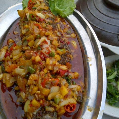 Photo taken at De Pauh Garden Restaurant & Cafe by Jid ☣ on 8/11/2012