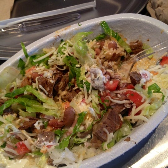 Photo taken at Chipotle Mexican Grill by Arlynn R. on 8/16/2012